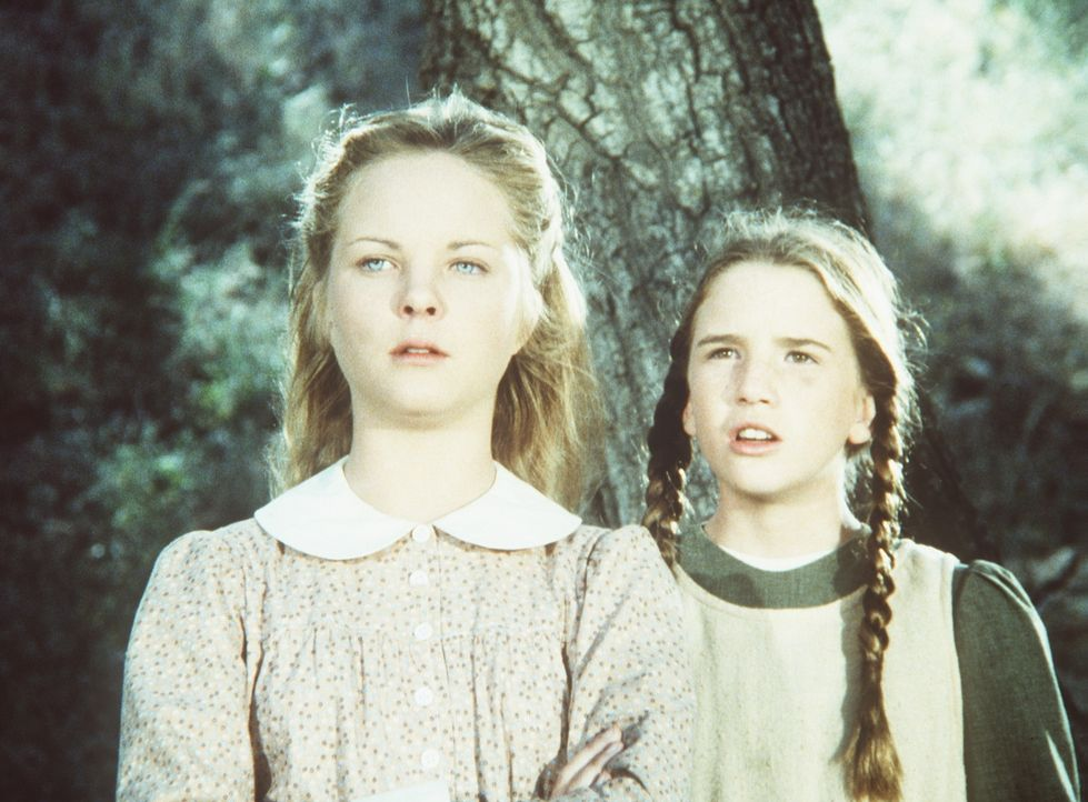 Mary (Melissa Sue Anderson, l.) und Laura (Melissa Gilbert-Boxleitner, r.) hören, wie Nellie behauptet, ihre Mutter, habe eine Affäre mit dem Aush... - Bildquelle: Worldvision