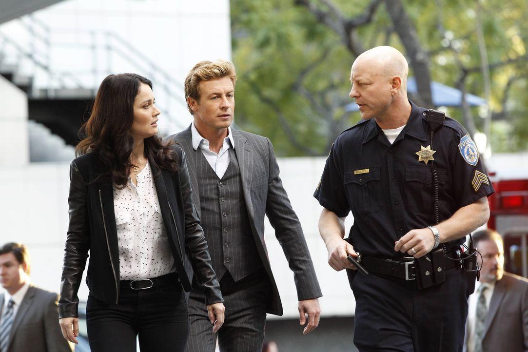Ein neuer Fall beschäftigt Patrick (Simon Baker, M.) und Teresa (Robin Tunney, l.) ... - Bildquelle: Warner Bros. Television
