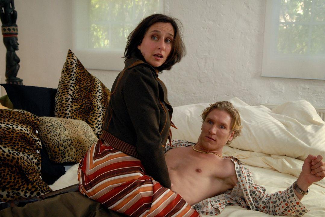 Claudia (Barbara Philipp, l.) hat ein Verhältnis mit Markus bestem Freund Holger (Matthias Gall, r.) ... - Bildquelle: Sat.1