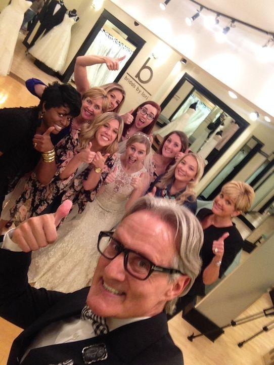 Katy (M.) hofft bei der Suche nach dem perfekten Hochzeitskleid auf den Rat ihrer stilsicheren Tante. Aber Monte (Vorne) und Lori (r.) erkennen, das... - Bildquelle: TLC & Discovery Communications