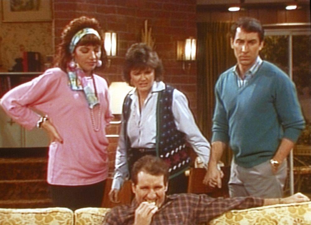 Peggy (Katey Sagal, l.), Marcy (Amanda Bearse) und Steve (David Garrison, r.) sind schockiert, weil Al (Ed O'Neill, M.) sich an einem erotischen Fer... - Bildquelle: Sony Pictures Television International. All Rights Reserved.