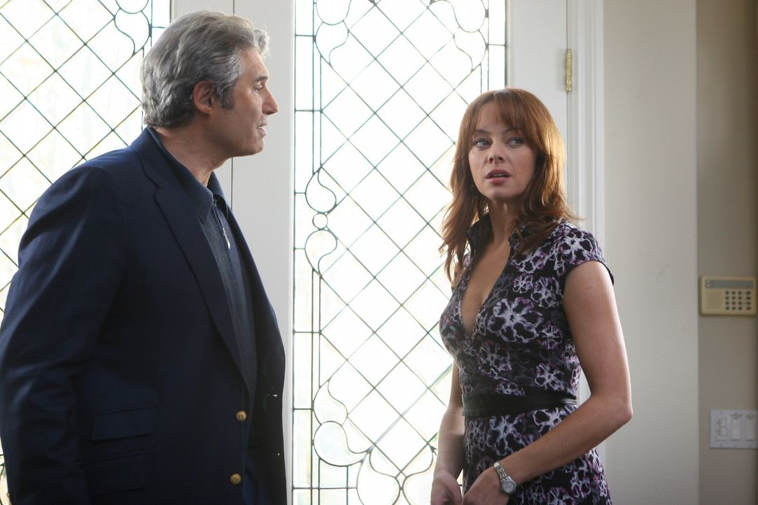 Hat ihre Liebe eine Chance?: Julie (Melinda Clarke, r.) und Dr. Roberts (Michael Nouri, l.) ... - Bildquelle: Warner Bros. Television