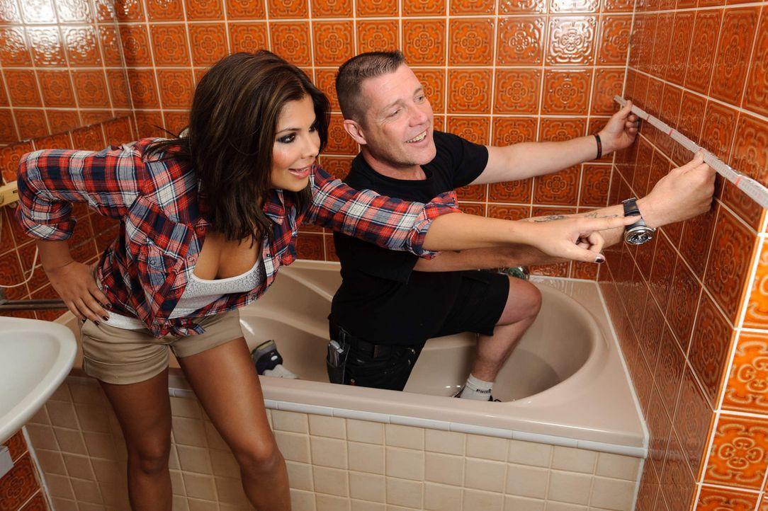 Ex-Bro'Sis-Sängerin Indira Weis (l.) will das Badezimmer ihrer Eltern umgestalten. Damit sie bei diesem Vorhaben nicht baden geht, steht ihr Super-... - Bildquelle: kabel eins