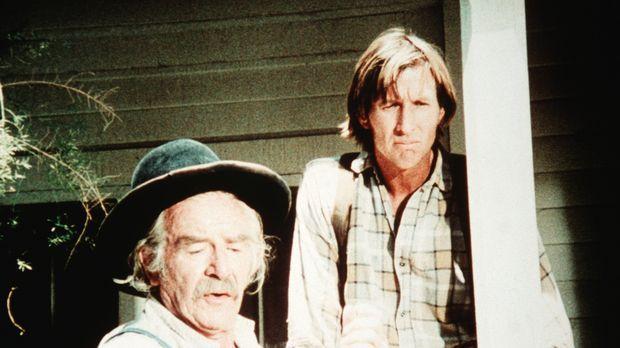 Sam Walton (Will Geer, l.) erklärt seinem jüngeren Verwandten Ham Denby (Warr...