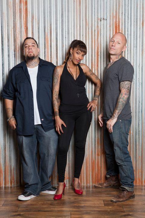 In L.A. haben sich Tommy Helm (r.), Big Gus (l.) und Jasmine Rodriguez (M.) darauf spezialisiert, misslungene Tattoos auszubessern ... - Bildquelle: 2012 Spike Cable Networks Inc. All Rights Reserved.