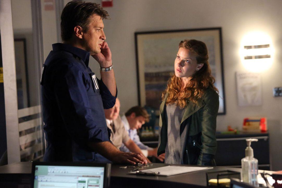 Emma Briggs (Alicia Lagano, r.) wird des Mordes verdächtigt. Da sie Richard Castles (Nathan Fillion, l.) Fan ist, besteht sie darauf, dass er ihre U... - Bildquelle: ABC Studios