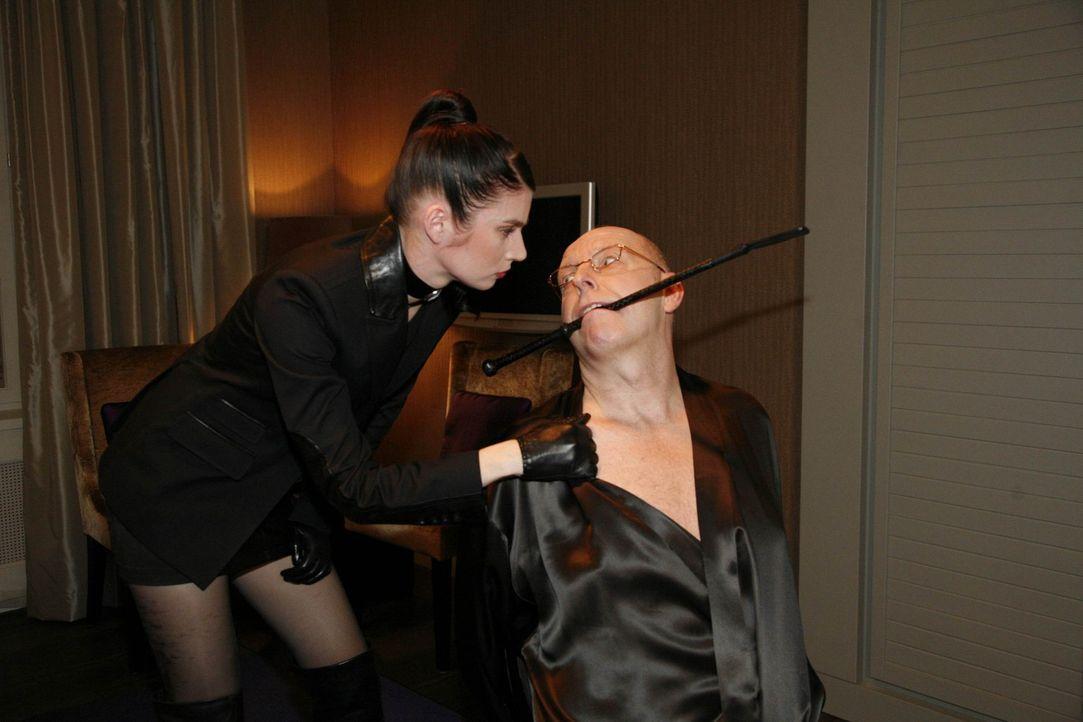 Gina (Elisabeth Sutterlüty, l.) muss sich Philips unmoralischen Ansinnen fügen, und die Nacht mit Nickel (Andreas Conrad, r.) verbringen. Doch sie... - Bildquelle: SAT.1