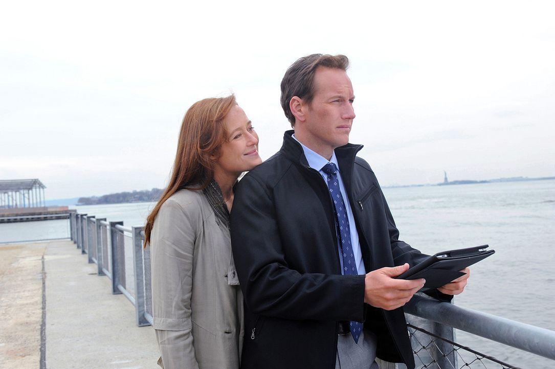 Dr. Michael Holt (Patrick Wilson, r.) weiß nicht, wie er mit der Situation umgehen soll, als seine verstorbene Ex-Frau Anna Paul (Jennifer Ehle, l.... - Bildquelle: 2011 CBS BROADCASTING INC. ALL RIGHTS RESERVED