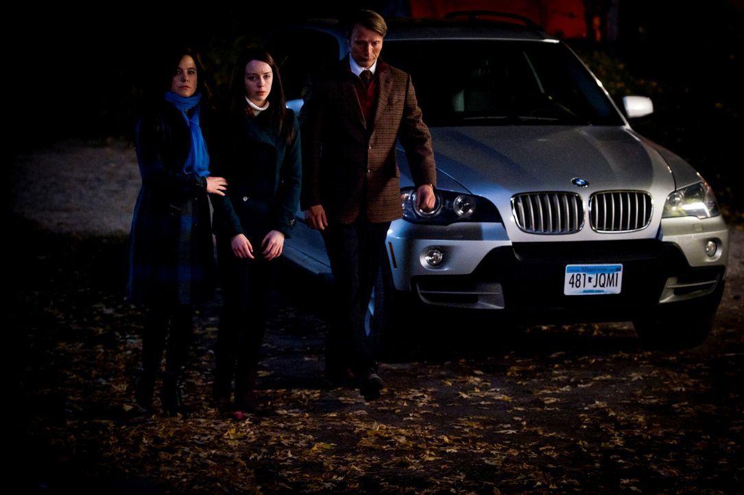 Dr. Alana Bloom (Caroline Dhavernas, l.) und Dr. Hannibal Lecter (Mads Mikkelsen, r.) begleiten Abigail (Kacey Rohl, M.) zu ihrem Elternhaus, was da... - Bildquelle: Brooke Palmer 2012 NBC Universal Media, LLC