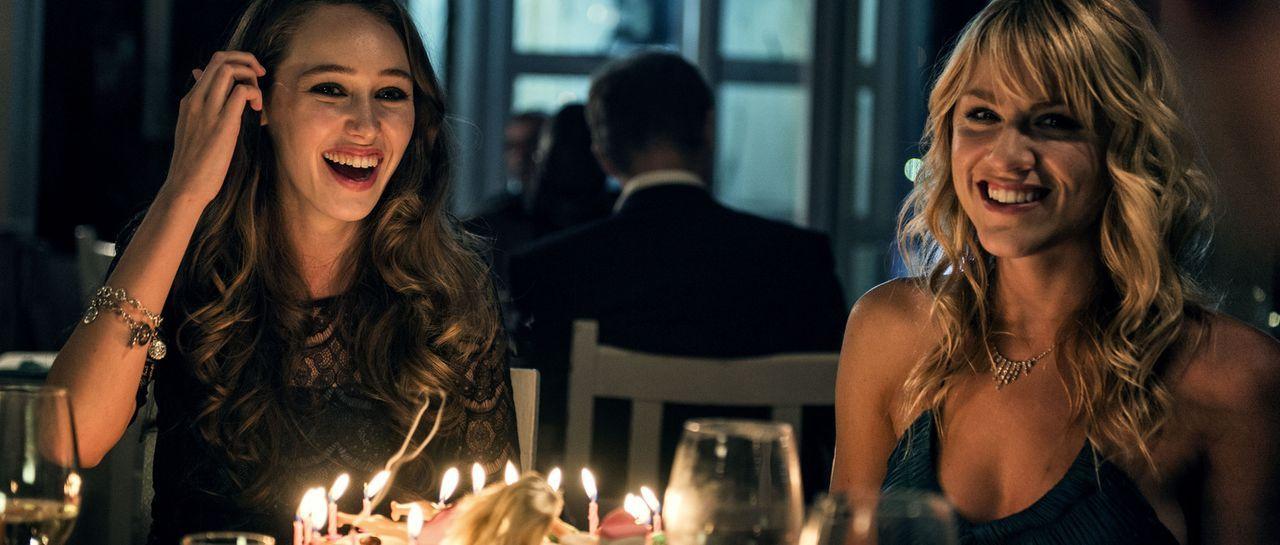 Noch kann Laura (Alycia Debnam-Carey, l.) ihren Geburtstag mit ihrer Freundin Olivia (Brit Morgan, r.) ausgiebig feiern und genießen. Doch schon bal... - Bildquelle: Joe Alblas Wiedemann & Berg Film / Joe Alblas