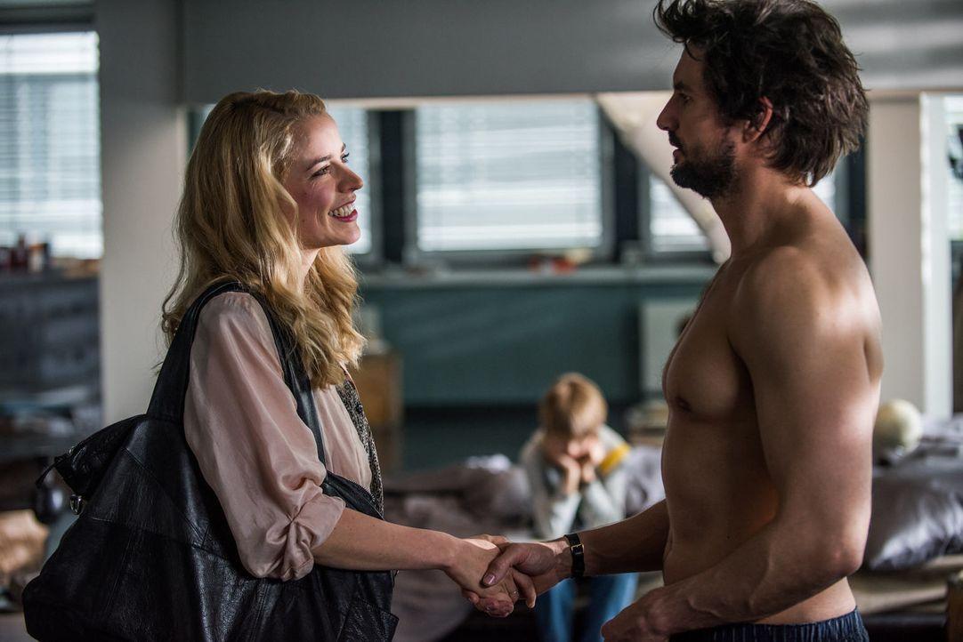 Als Einstein (Tom Beck, r.) Elenas Schwester Teresa (Merle Collet, l.) kennenlernt, interessiert er sich sofort für die junge attraktive Frau. Dies... - Bildquelle: Wolfgang Ennenbach SAT.1