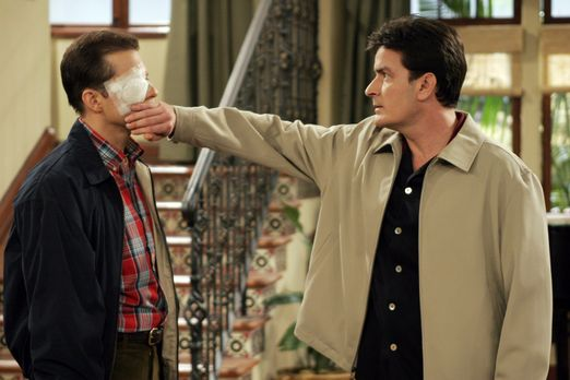 Two and a Half Men - Charlie (Charlie Sheen, r.) trifft Alan (Jon Cryer, l.)...