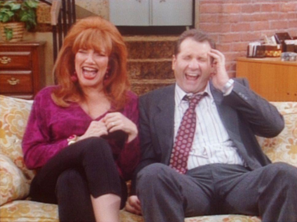 Peggy (Katey Sagal, l.) ist enttäuscht, weil Al (Ed O'Neill, r.) nicht zusammen mit ihr bestattet werden will. - Bildquelle: Columbia Pictures
