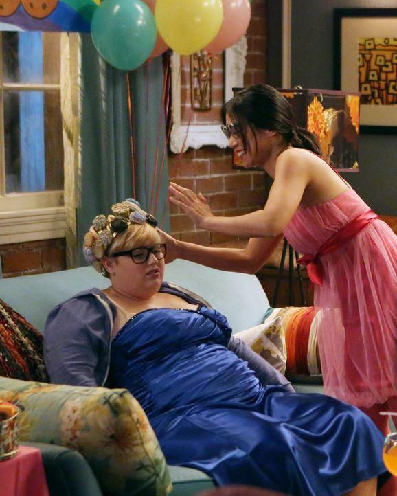 """Während Kimmie (Rebel Wilson, l.) von Helen-Alice (Liza Lapira, r.) zur Cookie-Queen gekrönt wird, stürmt plötzlich Kendall den """"Keksball"""" und traut... - Bildquelle: Warner Brothers"""