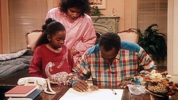 Clair (Phylicia Rashad, M.) assistiert ihrem Mann Dr. Huxtable (Bill Cosby, r...