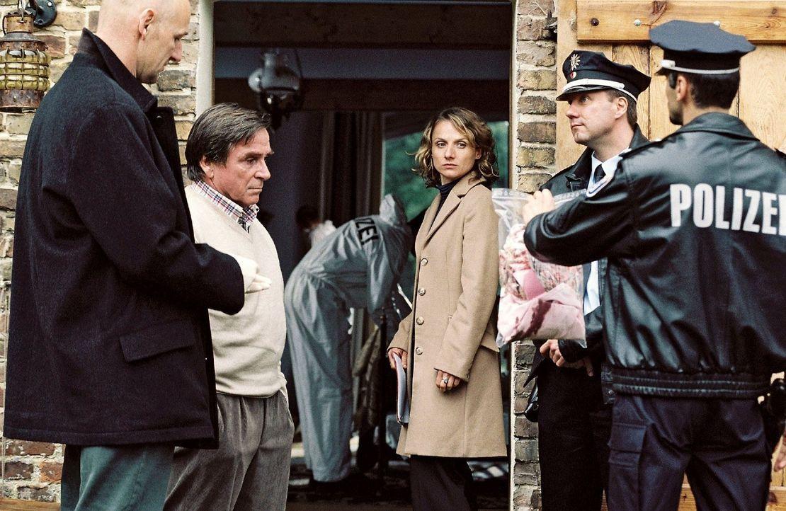 Während Katharina Michael im Gefängnis besucht, wird die Hausdurchsuchung auf dem Hof der Lehmanns unter der Leitung von Marlies Straubach (Christin... - Bildquelle: Conny Klein Sat.1