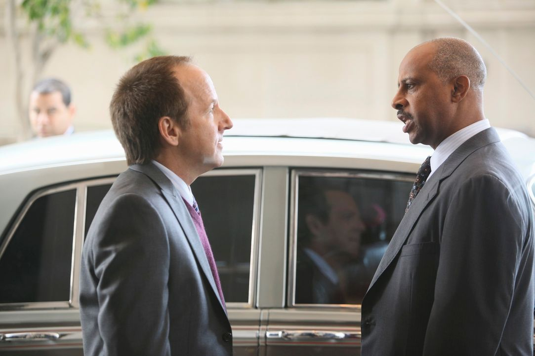 Captain Roy Montgomery (Ruben Santiago-Hudson, r.) fühlt dem zwielichtigen Frank Davis (Jeff Harlan, l.) auf den Zahn ... - Bildquelle: ABC Studios