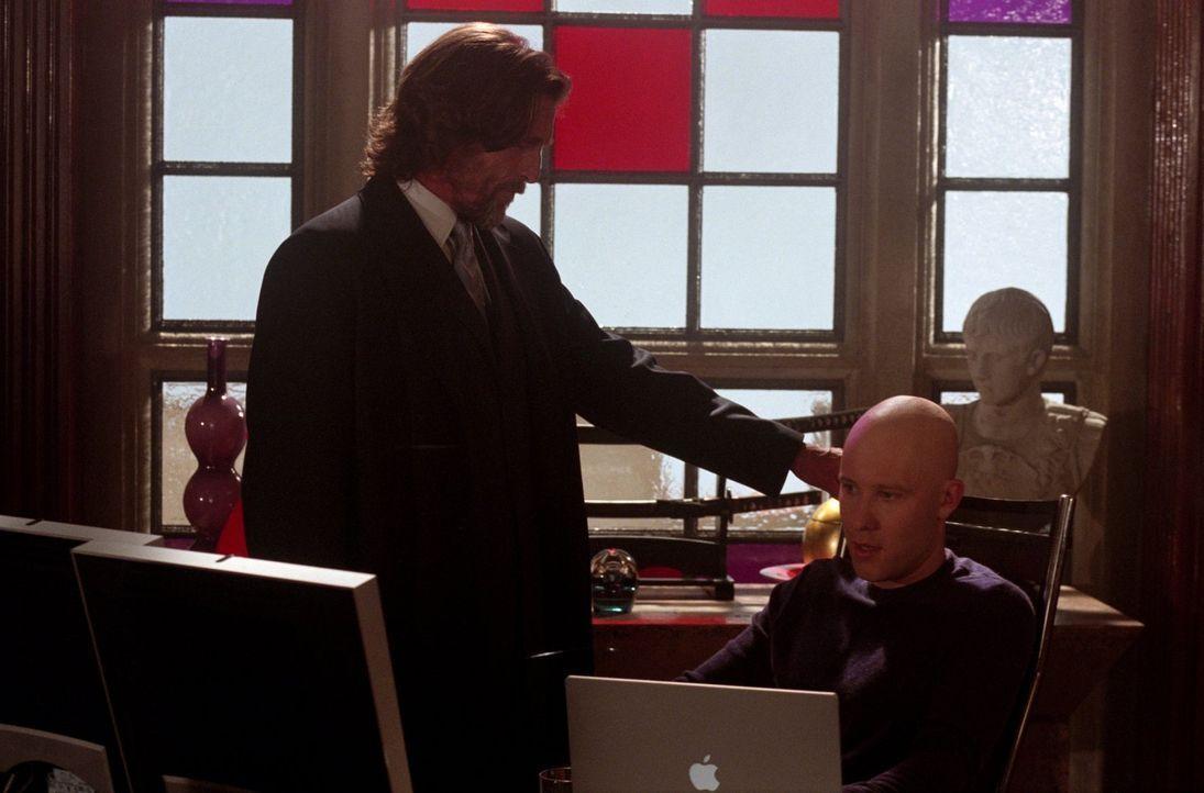 Schwierige Vater-Sohn-Beziehung: Lex (Michael Rosenbaum, r.) und sein Vater Lionel Luthor (John Glover, l.). - Bildquelle: Warner Bros.