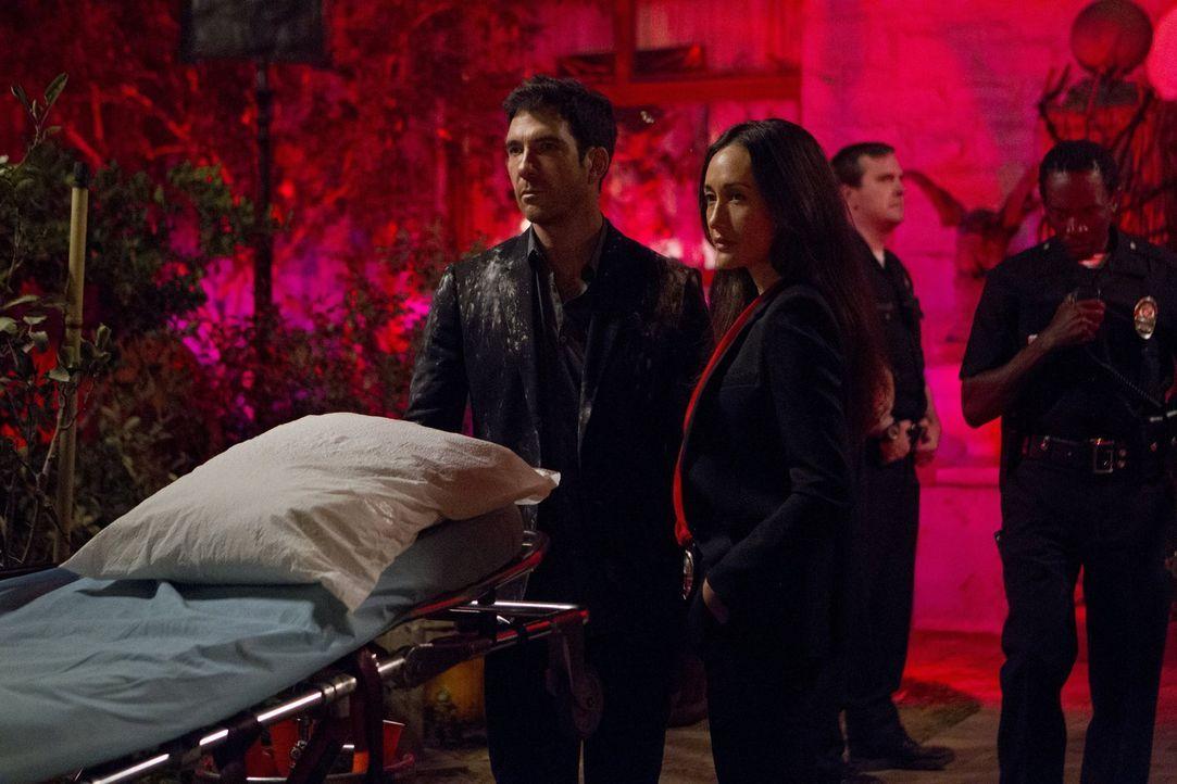 Ein neuer Fall beschäftigt Beth (Maggie Q, vorne r.) und Jack (Dylan McDermott, vorne l.) ... - Bildquelle: Warner Bros. Entertainment, Inc.
