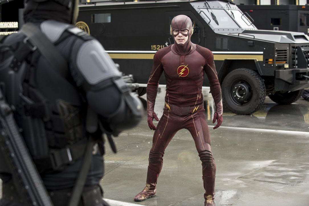 Während Barry alias The Flash (Grant Gustin) eigentlich mit der Suche nach Eddie beschäftigt ist, hält ihn auch noch ein Goldräuber auf Trab ... - Bildquelle: Warner Brothers.