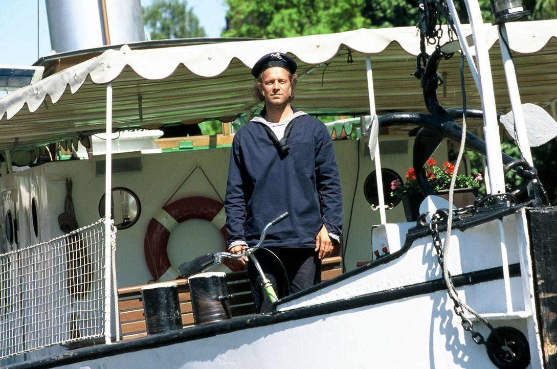 Matrose Victor (Jochen Horst) versucht, seinem Kapitän Bodo wieder neuen Lebensmut beizubringen und mit ihm zusammen aus der Lisbeth endlich wieder... - Bildquelle: Spitz Sat.1