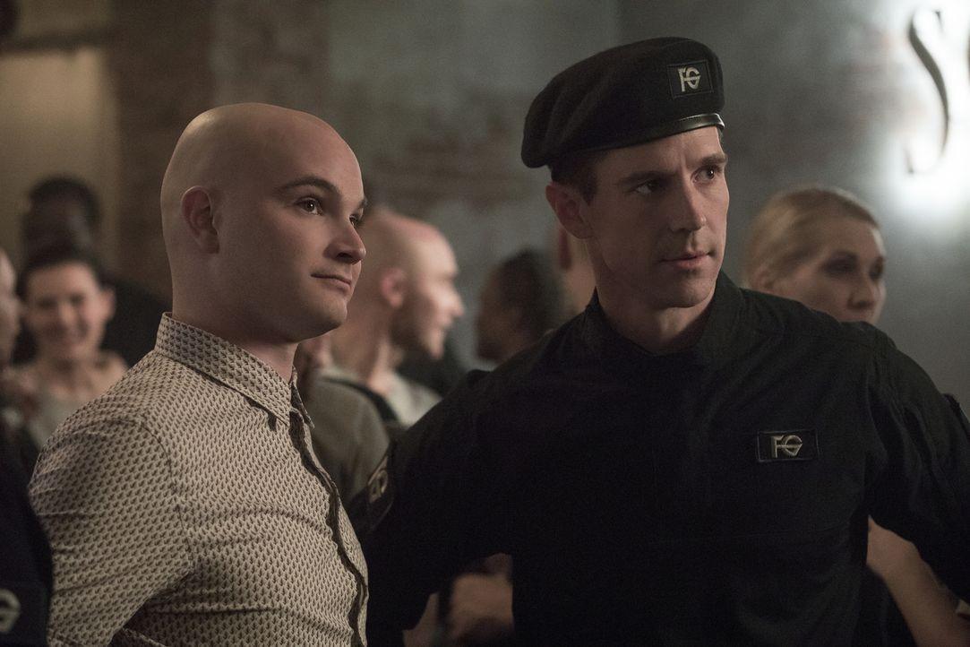 Don E (Bryce Hodgson, l.); Chase Graves (Jason Dohring, r.) - Bildquelle: Warner Bros.