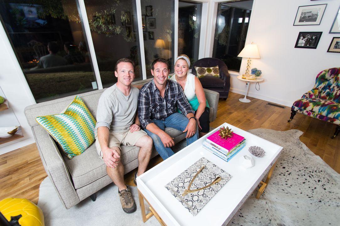 Glücklich und zufrieden lassen die geschafften Handwerker den Abend in ihrem neuen Heim ausklingen. - Bildquelle: Fritz Liedtke 2013, HGTV/ Scripps Networks, LLC. All Rights Reserved.