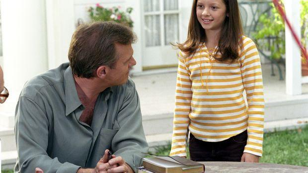 Ruthie (Mackenzie Rosman, r.) berichtet ihrem Vater (StephenCollins, l.), der...