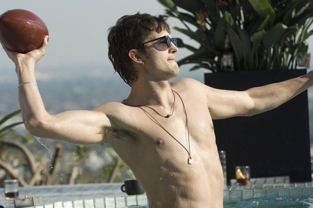 Genießt sein Leben im Luxus: Nikki (Ashton Kutcher) ... - Bildquelle: 2008 by EASY A Inc. All Rights Reserved