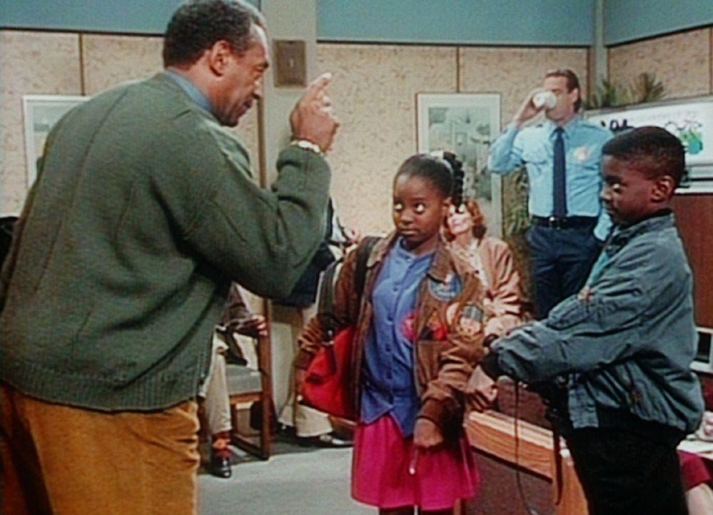 Cliff (Bill Cosby, l.) ordnet an, dass Rudy (Keshia Knight Pulliam, M.) und Kenny (Deon Richmond, r.) auf jeden Fall im Wartezimmer des Krankenhause... - Bildquelle: Viacom