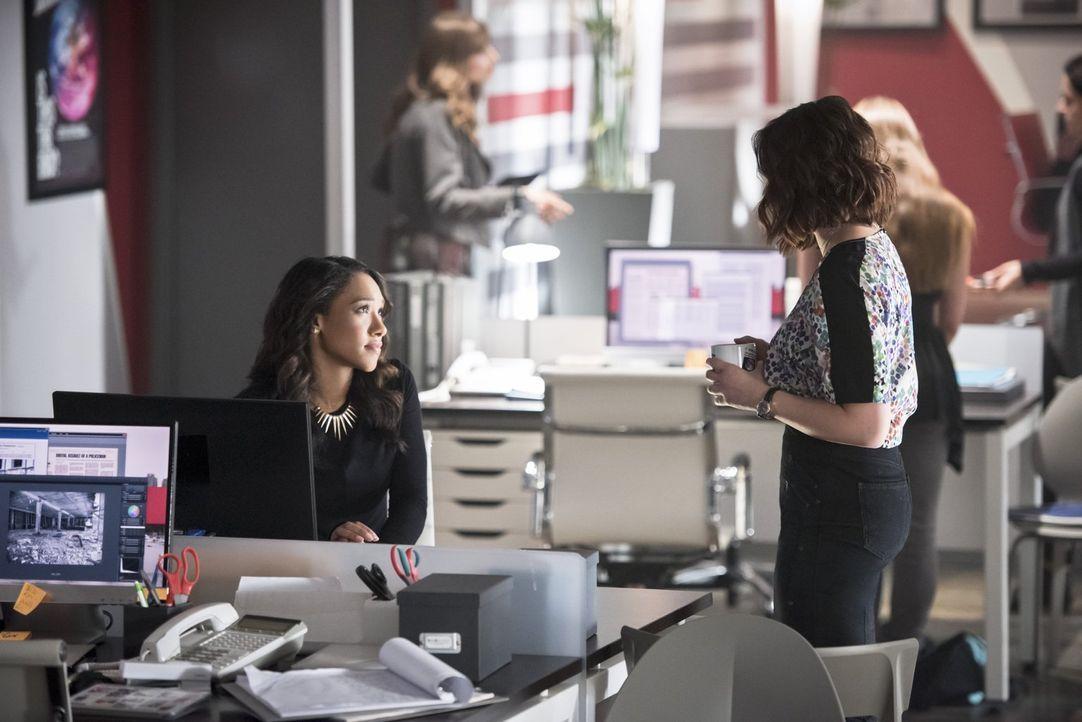 Die Freundschaft zwischen Iris (Candice Patton, l.) und Linda (Malese Jow, r.) wird auf eine neue Ebene gehoben, als The Flash die Hilfe der jungen... - Bildquelle: 2015 Warner Brothers.