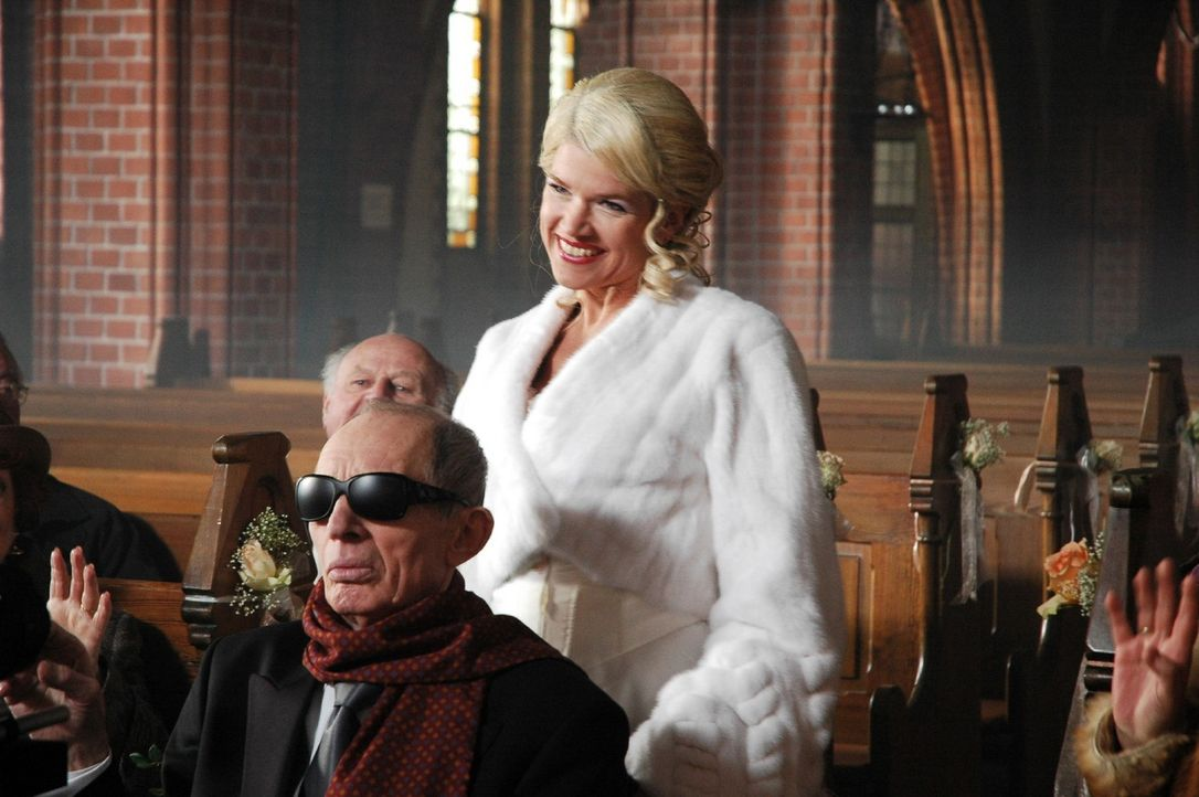 Das muss Liebe sein: Elke (Anke Engelke, r.) heiratet den 52 Jahre älteren Ladislaus von Hasseln (Heinz Lieven, l.) - Bildquelle: Martin Lässig Sat.1