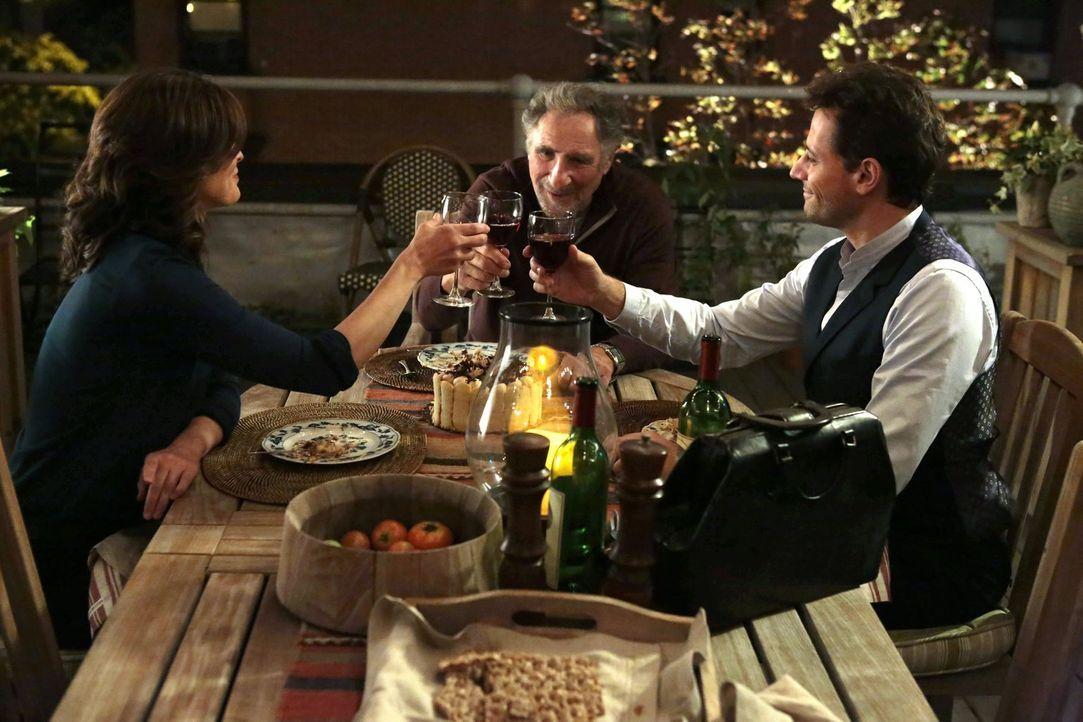 Abe (Judd Hirsch, M.) lädt Henry (Ioan Gruffudd, r.) und Jo (Alana De La Garza, l.) zu einem wunderbaren Abendessen ein. Währenddessen versucht die... - Bildquelle: Warner Brothers