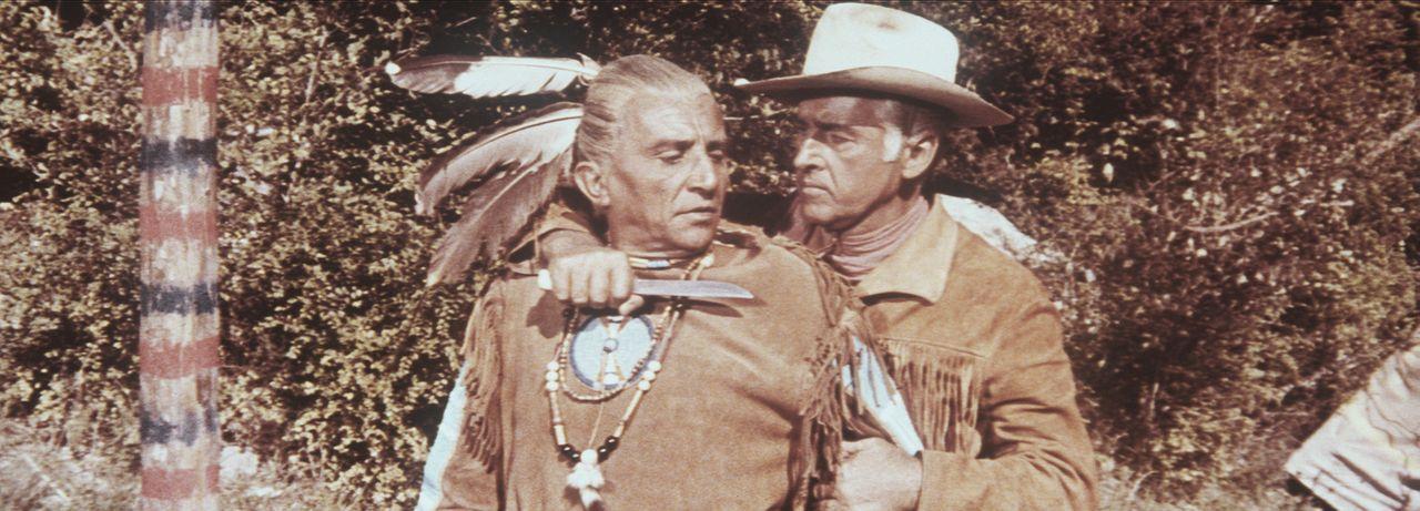 Old Surehand (Stewart Granger, r.) hält den betagten Komanchen-Häuptling Maki-Moteth (Dusan Antonijevic, l.) in Schach ... - Bildquelle: Warner Bros.