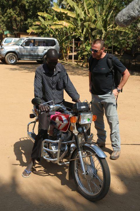 Reporter Tom Waes (r.) macht sich auf den Weg in den Südsudan - einen Ort, um den der Pauschaltourist einen Riesenbogen macht. Dort erlebt er unglau... - Bildquelle: 2013 deMENSEN