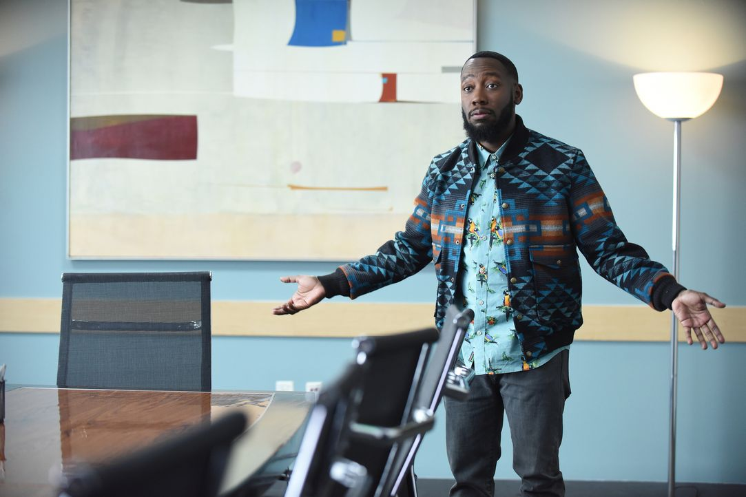 Winston (Lamorne Morris) ist geschockt, als Schmidt ihm eröffnet, dass er wieder seinen Vornamen verwenden möchte. Doch warum nur? - Bildquelle: Ray Mickshaw 2017 Fox and its related entities.  All rights reserved.