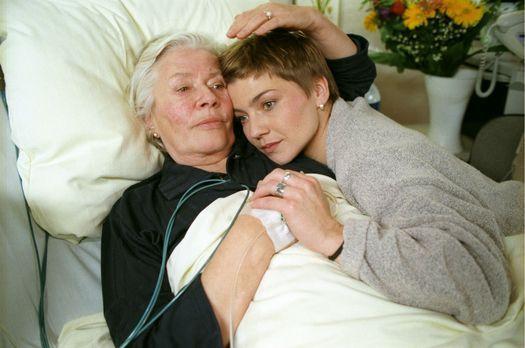 Für alle Fälle Stefanie - Stephanie (Claudia Schmutzler, r.) liegt in den Arm...