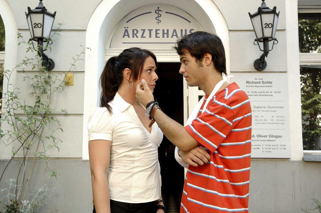 Maik (Sebastian König, r.) versucht zu verhindern, dass Paloma (Maja Maneiro, l.) ihn zum Arzt begleitet. - Bildquelle: Claudius Pflug Sat.1