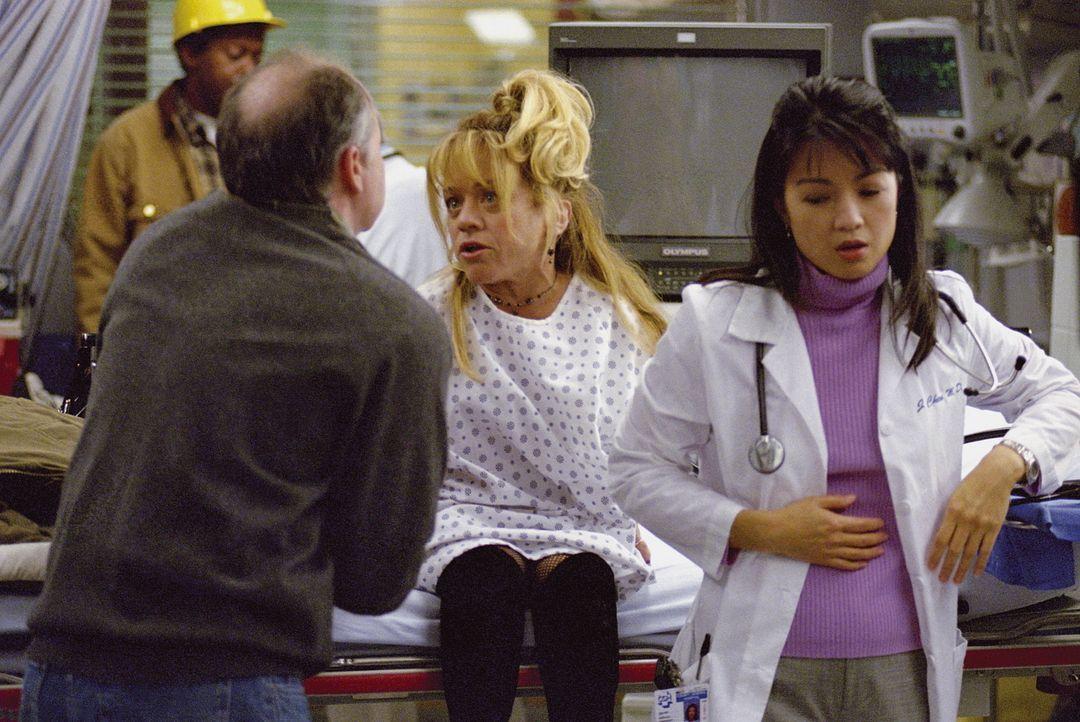 Chen (Ming-Na Wen, r.) nimmt schwer an, dass sie wahrscheinlich auch wie die anderen Kollegen unter der Lebensmittelvergiftung leidet ... - Bildquelle: TM+  WARNER BROS.