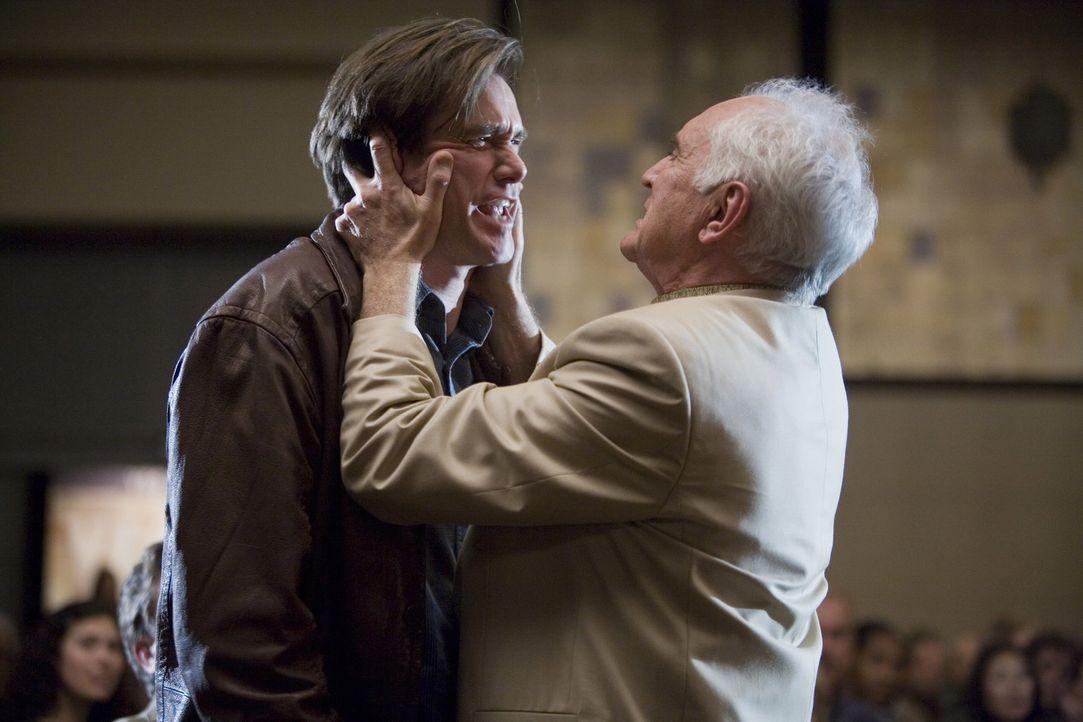 Durch den Motivationstrainer Terrence Bundley (Terence Stamp, r.) wird der Pessimist Carl Allen (Jim Carrey, l.) zu einem notorischen Ja-Sager ... - Bildquelle: Warner Bros.