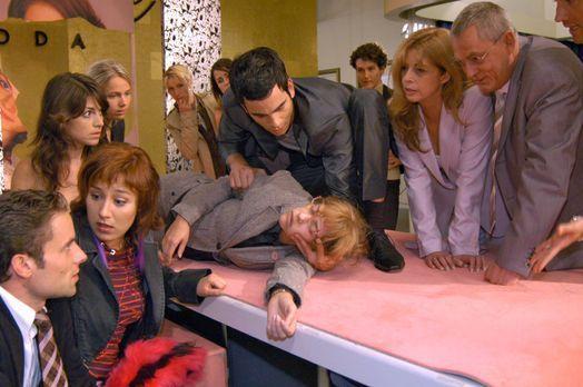 Verliebt in Berlin - Lisa ist zum Entsetzen aller zusammengebrochen. v.l.n.r....