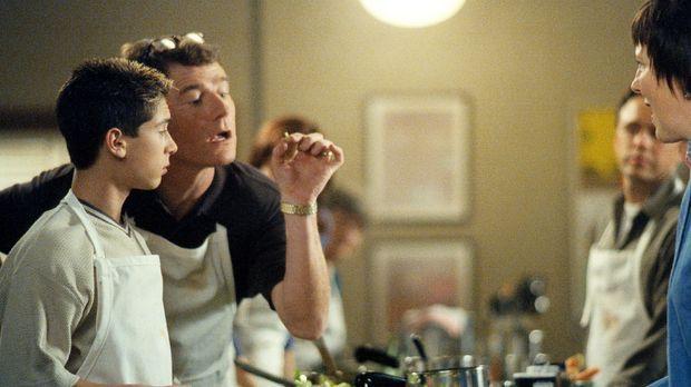 Hal (Bryan Cranston, 2.v.l.) präsentiert der Kochlehrerin die akkurat geschni...