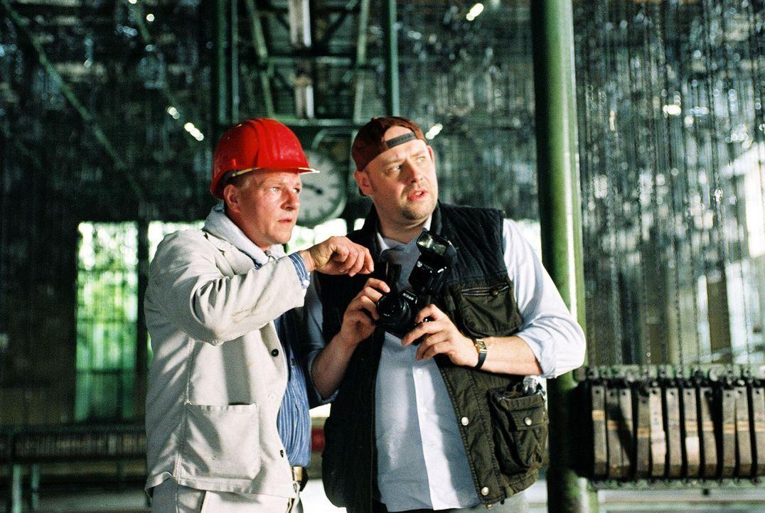 Manni (Axel Häfner, r.) ermittelt auf eigene Faust im Bergwerk, wo der berüchtigte Schürzenjäger Werner Kanter erstochen wurde. Von einem Kumpel (Th... - Bildquelle: Menke Sat.1