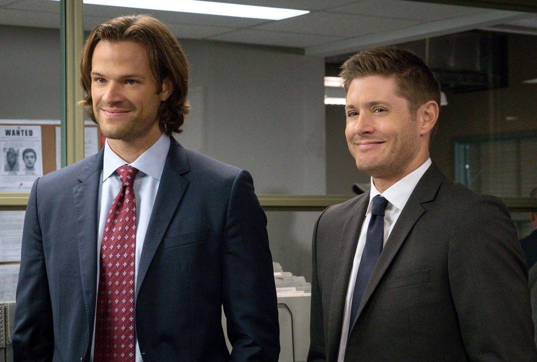 Obwohl sie sich eigentlich um die Finsternis kümmern müssten, werden Sam (Jared Padalecki, l.) und Dean (Jensen Ackles, r.) von einer alten Bekannte... - Bildquelle: 2014 Warner Brothers