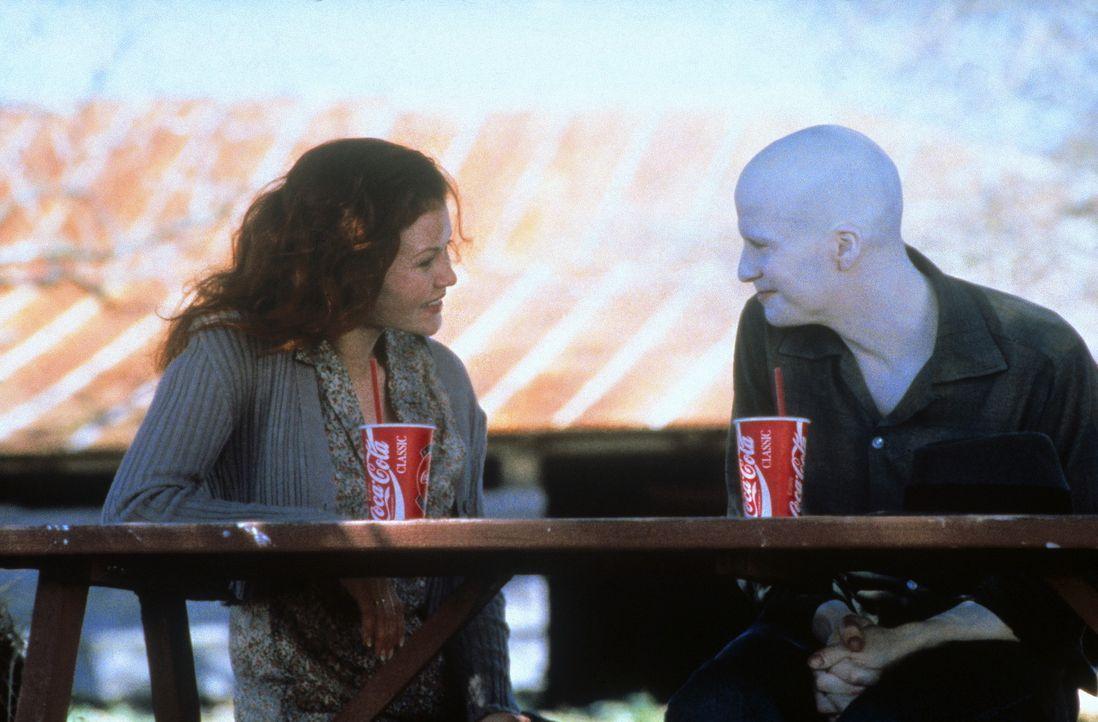 Als sich die Schuldirektorin Jessie Caldwell (Mary Steenburgen, l.) erbarmt und den Albino Powder (Sean Patrick Flanery, r.) an ihrer Schule annimmt... - Bildquelle: Buena Vista Pictures