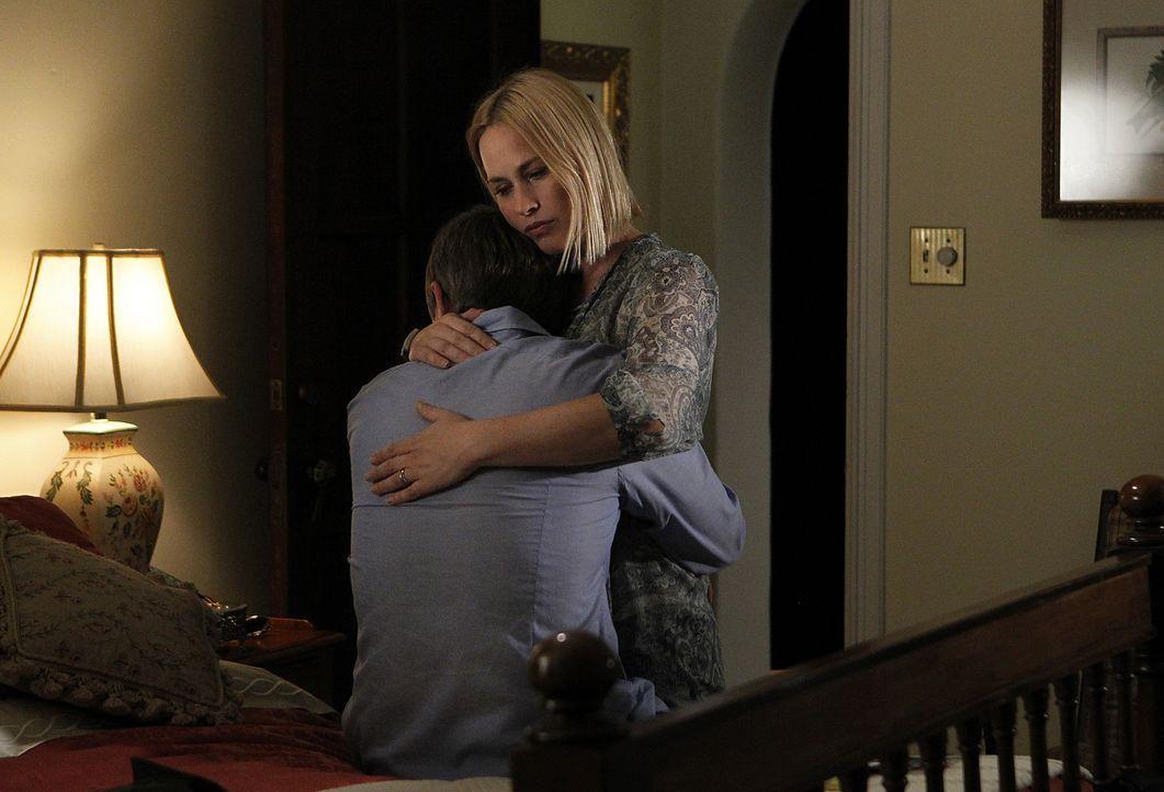 Joe (Jake Weber, l.) ist am Boden zerstört, als er von der Krebsdiagnose seiner Mutter erfährt. Unterdessen beschäftigt sich Allison (Patricia Arque... - Bildquelle: Sonja Flemming Copyright ITV plc (ITV Global Entertainment Ltd)