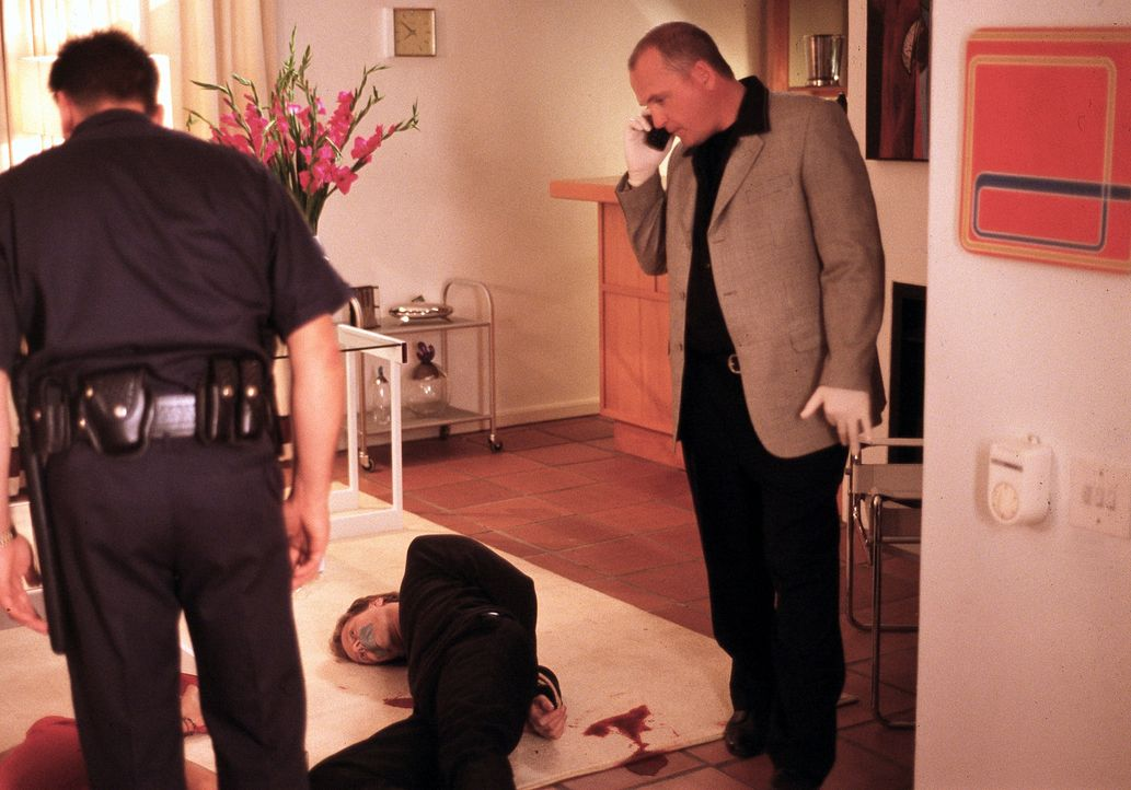 Detective Frank Hagen (Eddie Driscoll, r.) ist sich ziemlich sicher, dass Lila in die Ermordung ihres Ex-Mannes Paul (Nick Boraine, liegend) verwick... - Bildquelle: ApolloMedia