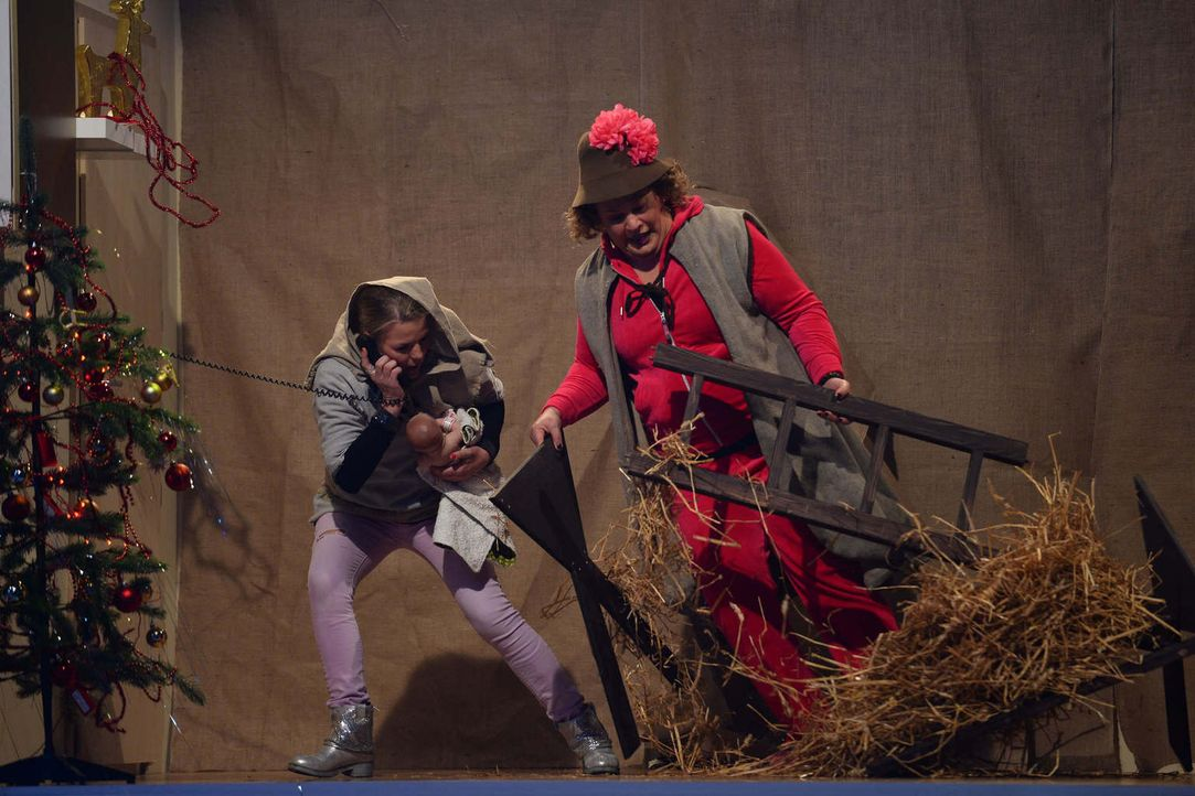 Bei 22,5 Prozent Gefälle müssen sich Mirja Boes (l.) und Cindy aus Marzahn (r.) ganz besonders anstrengen, wenn sie die Weihnachtsgeschichte darstel... - Bildquelle: Willi Weber SAT.1