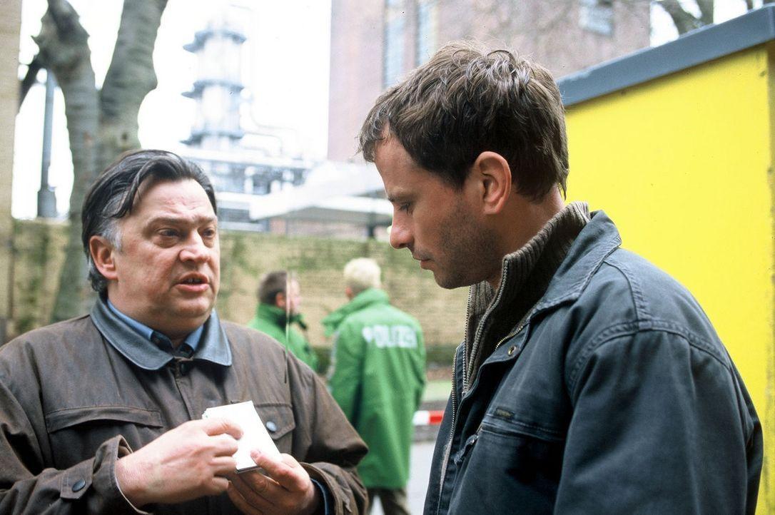 Timo (Frank Stieren, r.) und Köster (Bernd Stegemann, l.) suchen fieberhaft nach den Urhebern des Bombenanschlags auf das petrochemische Werk ... - Bildquelle: Menke Sat.1