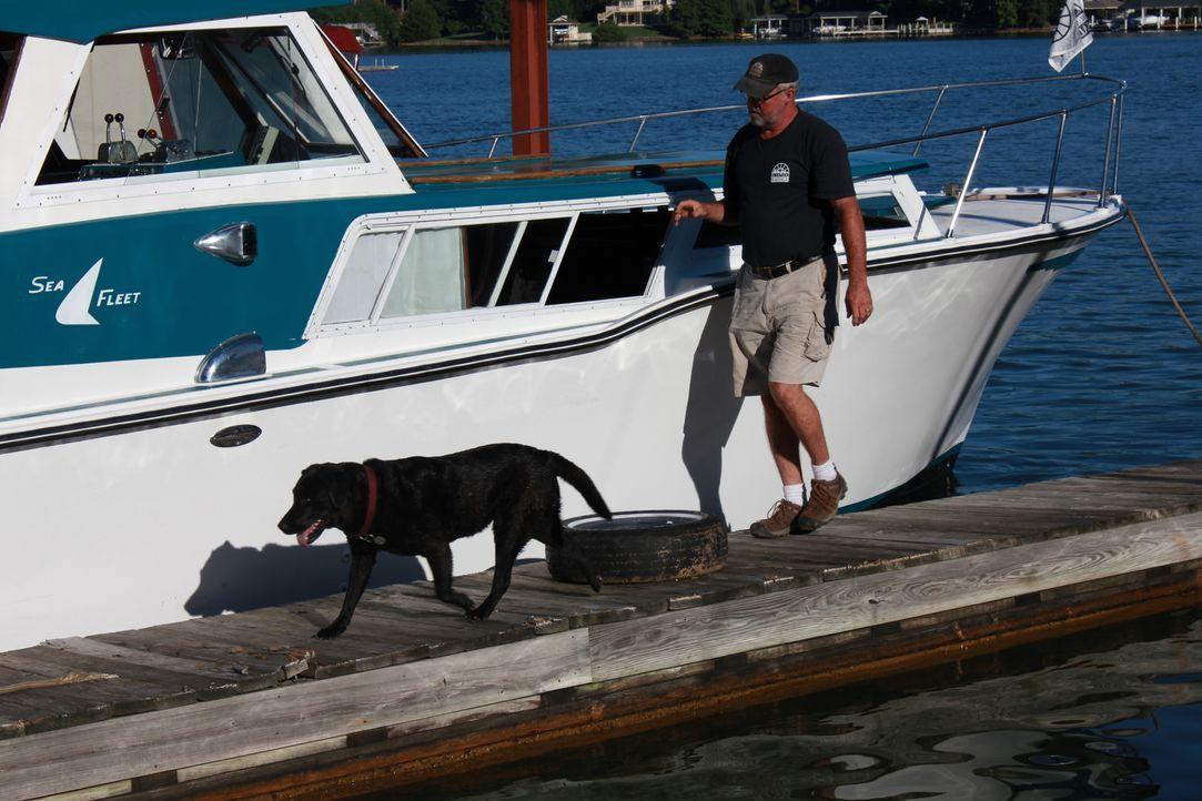 Hund Sally (l.); Robert Kulp (r.) - Bildquelle: 2014, DIY Network/Scripps Networks, LLC. All RIghts Reserved